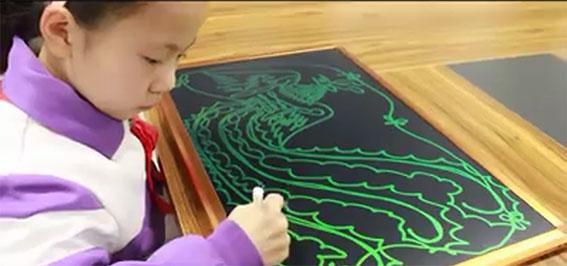 Bé tập vẽ bằng Bảng đen điện tử