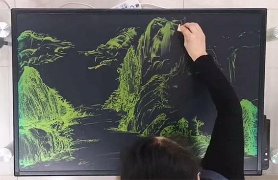 Họa sĩ thể hiện tranh vẽ trên Bảng đen điện tử LCDQM